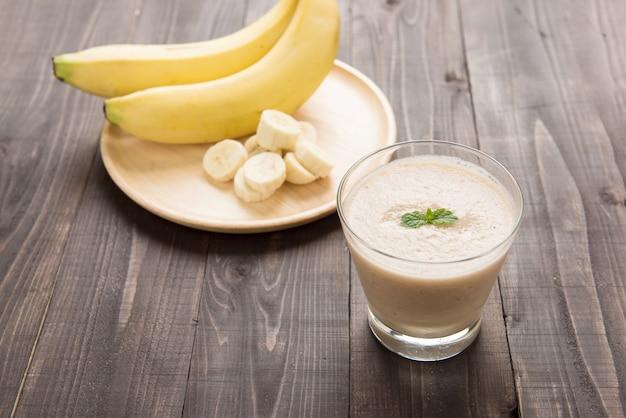 Banaan smoothie op houten tafel.