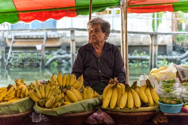 Banaan te koop op straatvoedsel of fruitmarkt