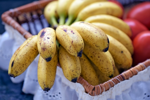 Banaanbos in fruitmand met witte franje