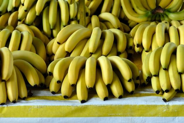 Banaanbosjes die op marktkraam worden blootgesteld
