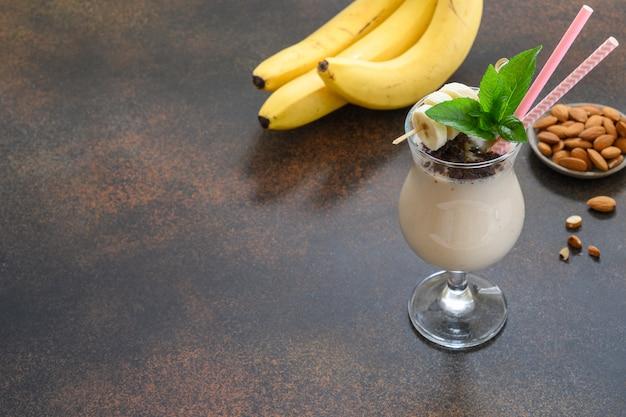 Banaanmilkshake op witte raad. verticaal formaat
