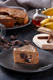 Banana fit cake met chocolade en noten. gezond eten