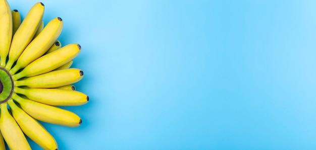 Bananen achtergrond. bananen op een zuivere blauwe bannerachtergrond.