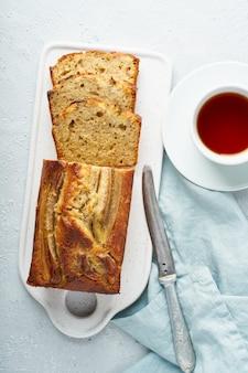 Bananen brood. cake met banaan, traditionele amerikaanse keuken.