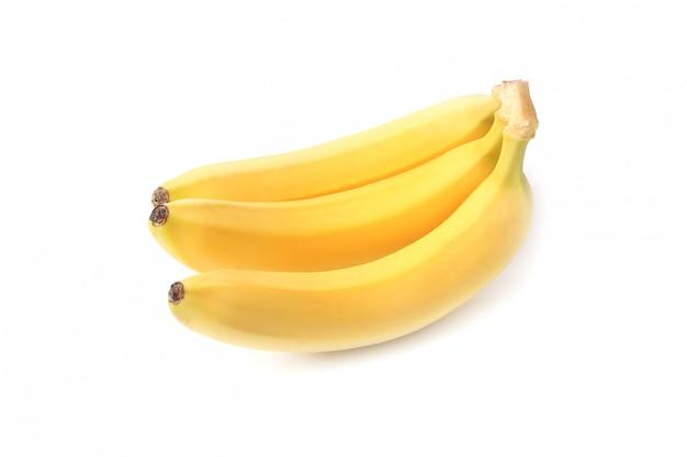 Bananen die op witte achtergrond worden geïsoleerd