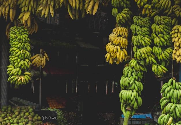 Bananen die van een winkel in india hangen