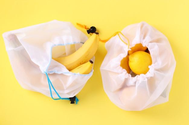 Bananen en citroenen in herbruikbare milieuvriendelijke netzakken