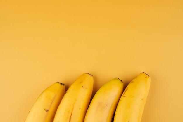 Bananen gele achtergrond met kopie ruimte