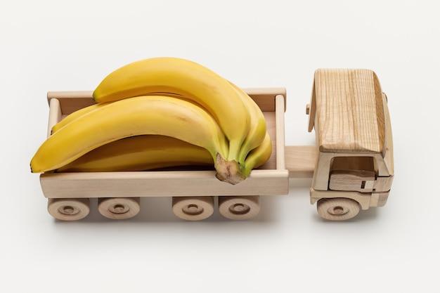 Bananen in vrachtwagen met aanhanger, speelgoed gemaakt van hout.