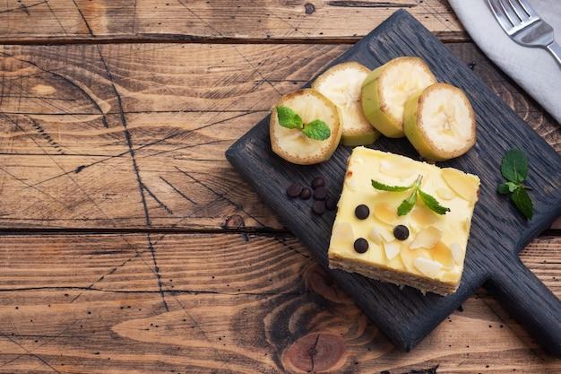 Bananenbiscuit met noten en chocoladedruppels. heerlijk zoet dessert voor thee, houten achtergrond. bovenaanzicht, kopieer ruimte.
