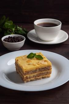 Bananenbiscuitgebak met noten en munt. heerlijk zoet dessert voor op de thee. donker houten.
