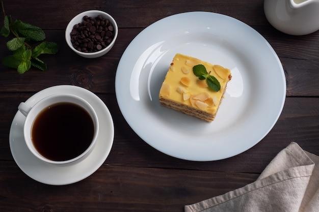 Bananenbiscuitgebak met noten en munt. heerlijk zoet dessert voor thee, donkere houten achtergrond.