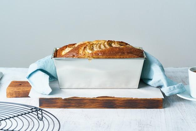 Bananenbrood in broodpan. cake met banaan, traditionele amerikaanse keuken