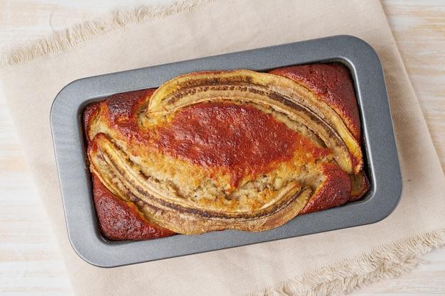 Bananenbrood in een pan. cake met banaan, chocolade, walnoot.