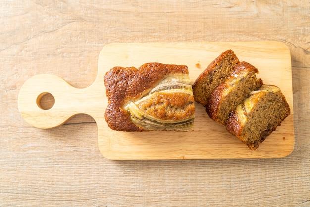 Bananencake gesneden op een houten bord