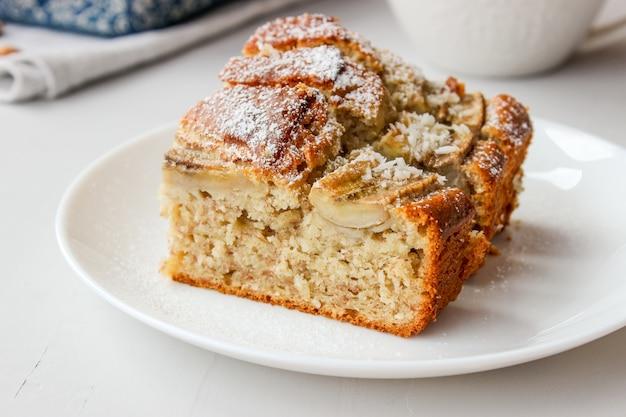 Bananencake in een vorm en op een bord