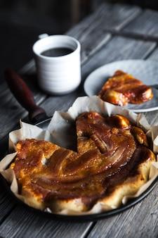 Bananencake met kopje koffie voor een ontbijt op een vintage plaat