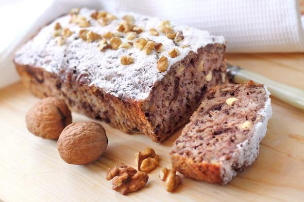 Bananencake met walnoten en pure chocolade