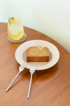 Bananencake op bord in café-restaurant