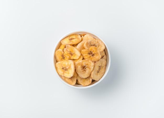 Bananenchips op een lichte achtergrond