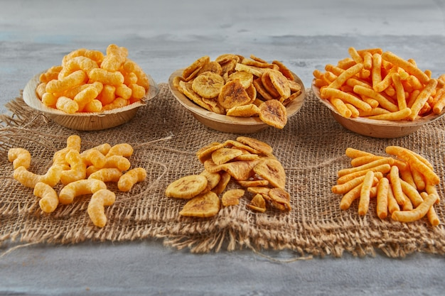 Bananenchips zijn een gezonde maaltijd en gekruide maïsbladerdeegsnacks zijn een geweldige snack.