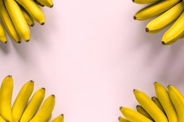 Bananenfruit op roze achtergrond.
