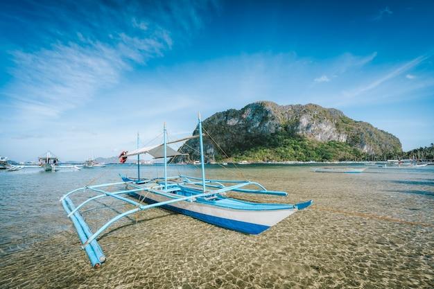 Banca-boot afgemeerd bij coron-strand in el nido, palawan-eiland, filippijnen