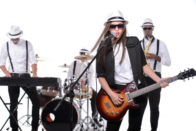Band van muzikanten met instrumenten
