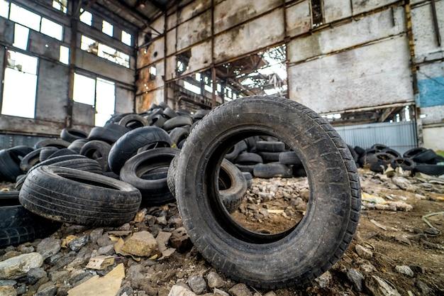 Banden die niet meer geschikt zijn voor gebruik op voertuigen in een beschadigde fabriek. rubbertroep uit de auto.