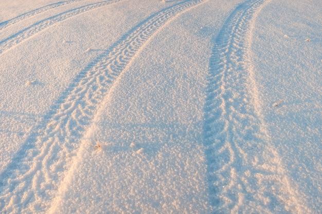 Bandensporen in de sneeuw, winters tafereel