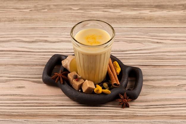 Bandrek - indonesische gemberthee van kokosmelk of gecondenseerde melk en verschillende kruiden.
