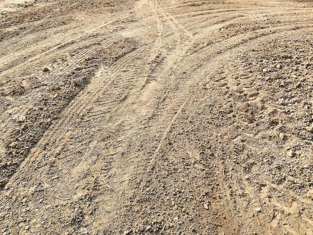 Bandspoor van veel voertuig op grond