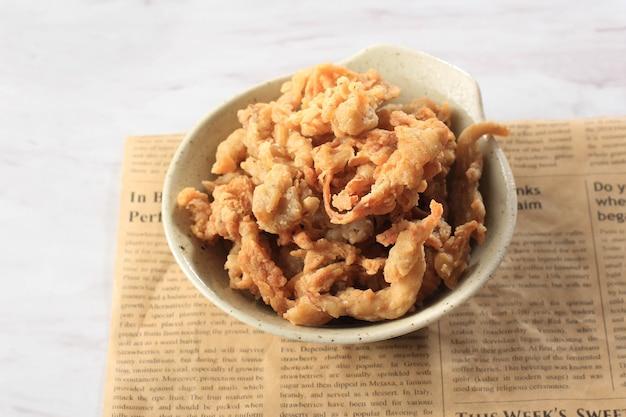 Bandung, indonesië, 11032020: krokant gebakken oesterzwam of jamur krispi. oesterzwam bedekt met gekruide bloem en depp fried. meestal geserveerd met tomatensaus