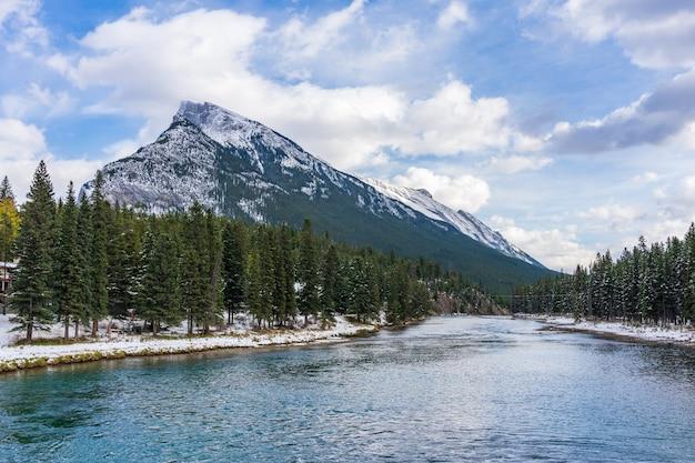 Banff national park prachtig landschap mount rundle bow river en besneeuwd bos in de winter