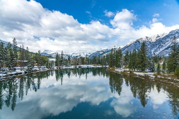 Banff national park prachtige natuurlijke omgeving in zonnige winterdag mount norquay met blauwe lucht