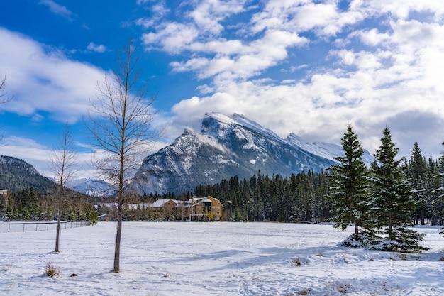 Banff recreation grounds in de besneeuwde winter. banff nationaal park, canadese rockies, alberta, canada.