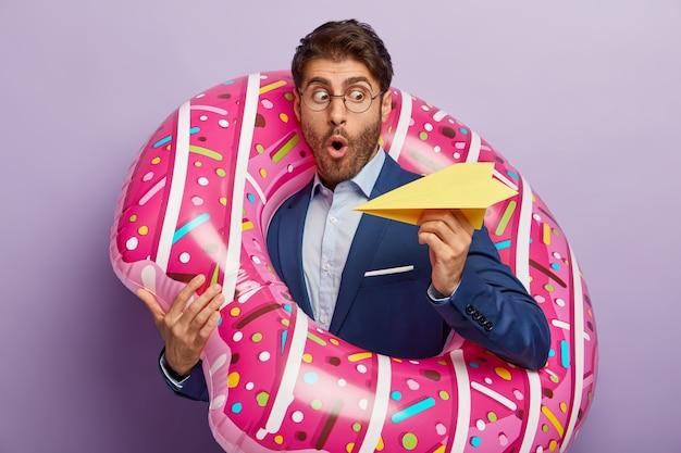 Bang geschokt mannelijke advocaat gooit handgemaakte papieren vliegtuigje