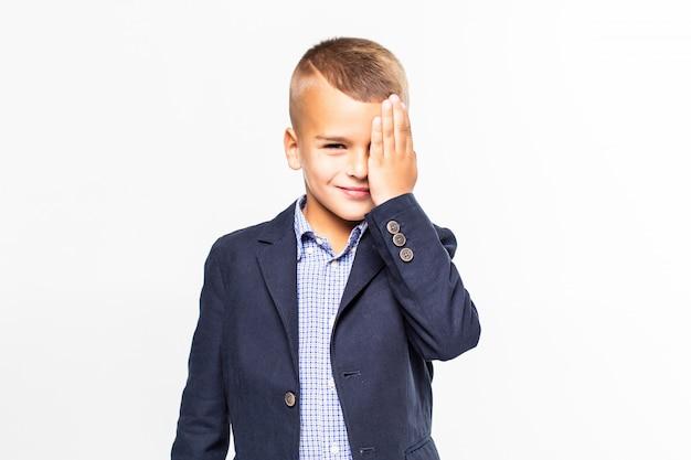 Bang jongen met zijn handen voor de ogen op een witte muur