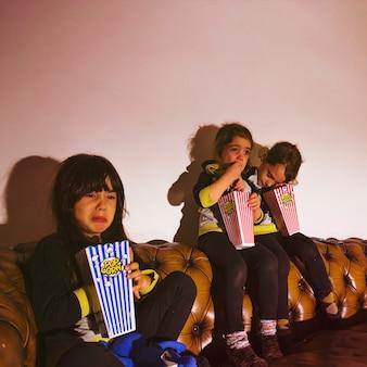 Bang kinderen met popcorn kijken naar film