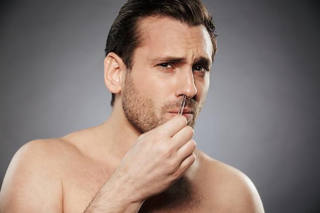 Bang man neus haren verwijderen met een pincet