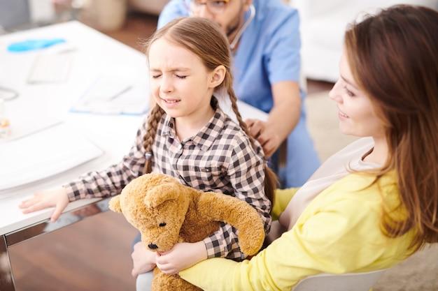 Bang meisje in gezondheidscontrole