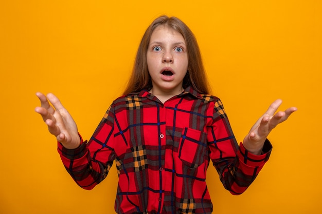 Bang met handen naar voren. mooi klein meisje met een rood shirt