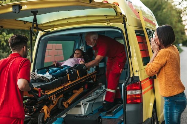Bang moeder permanent met artsen en haar gewonde dochter.