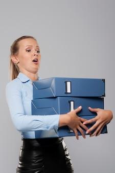 Bang zakenman met zware kantoordocumenten