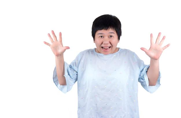 Bange aziatische vrouw van middelbare leeftijd geïsoleerd op een witte achtergrond