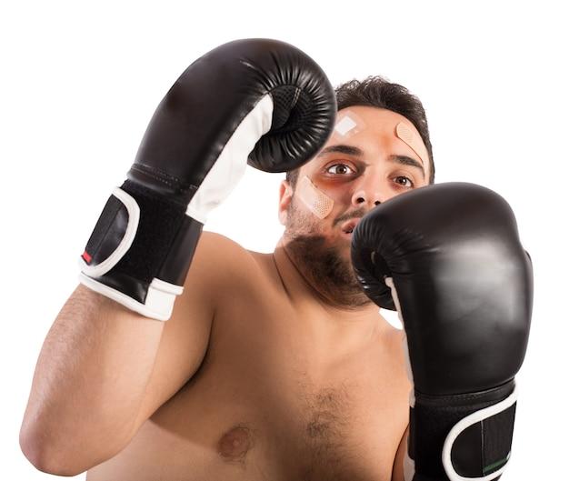 Bange man bokser met pleisters en blauwe plekken