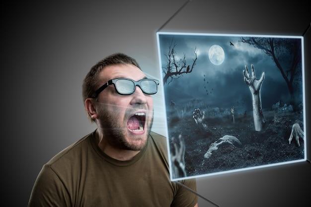 Bange man met een 3d-bril die naar een vreselijke foto kijkt