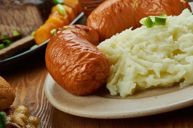 Bangers en puree, engelse keuken, traditioneel gerecht van groot-brittannië en ierland bestaande uit worstjes geserveerd met aardappelpuree, groot-brittannië traditionele geassorteerde gerechten, bovenaanzicht.