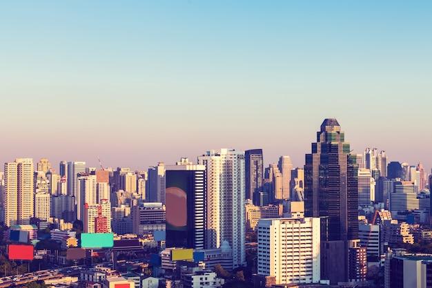 Bangkok cityscape, zakenwijk met hoog gebouw in de schemering (bangkok, thailand)