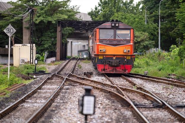 Bangkok de trein rijdt vooruit vanuit de hoofdstad. op naar de buitenwijken van thailand
